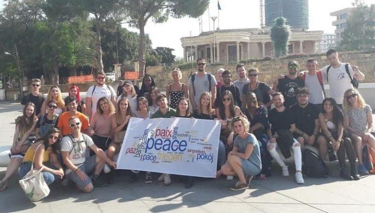 Le groupe présente le drapeau de la paix, Nicosie